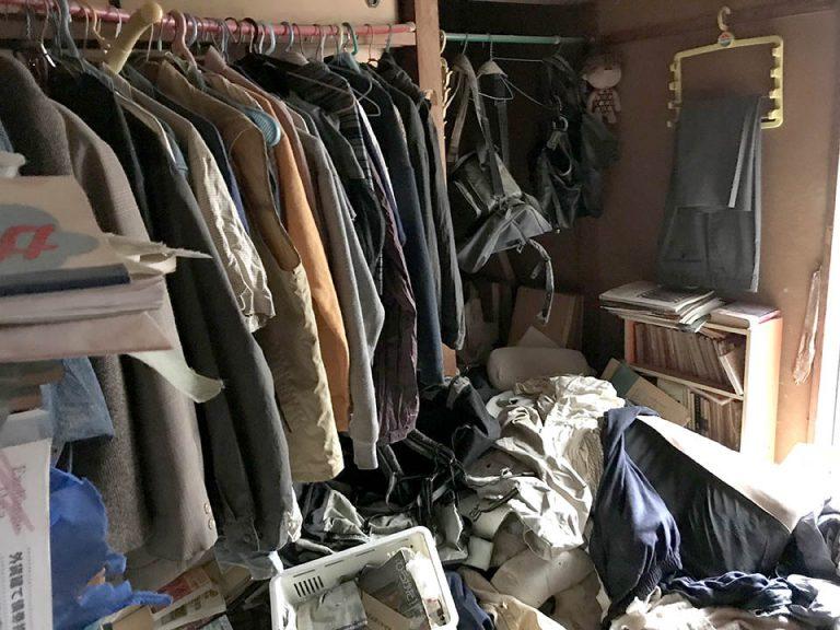 座敷と押し入れには衣類や書籍などの紙類、プラスチック製収納などの日用品。片づけた後には長年の埃やチリ、害虫・害獣のフンが積もっていました